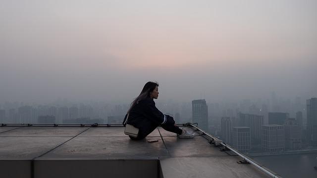 屋上に佇む女性