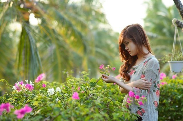 花を眺める女性
