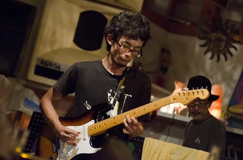 男性 ギター演奏