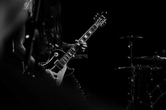 ギター 人 モノクロ