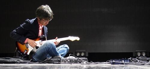 男性 ギター 演奏