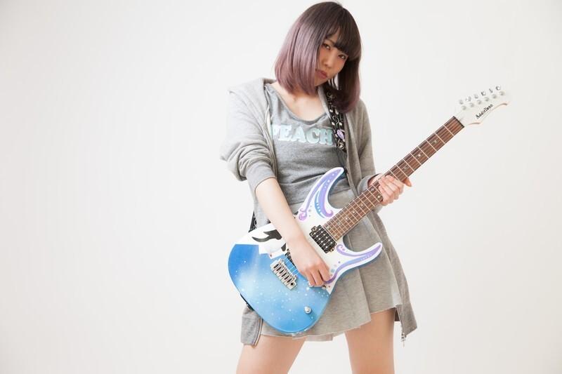 迫力のある音を出しそうなオンナギタリスト