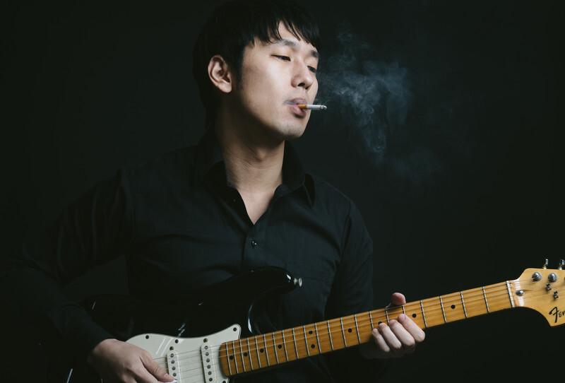 モジュレーショナブルなプレイをしそうなギタリスト