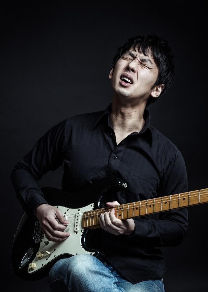 男性 ギター ストラト