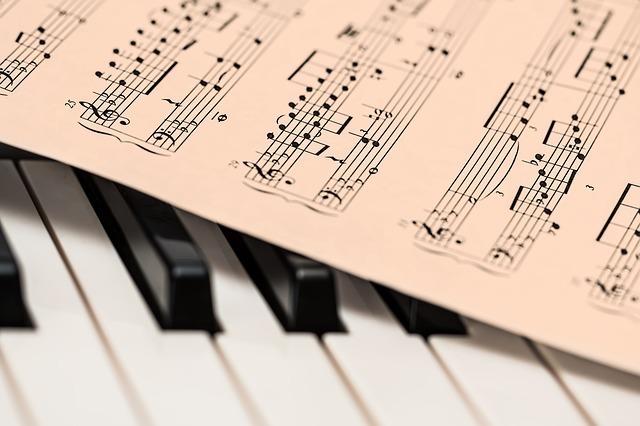 ピアノの鍵盤と楽譜