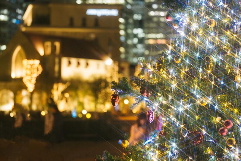 クリスマスツリーと街並み