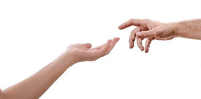 手を繋ごうとしている