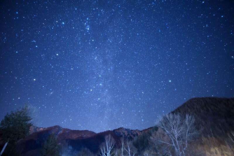 夜空に浮かぶ星と山々