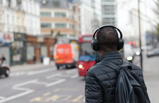 外で音楽を聴いている人