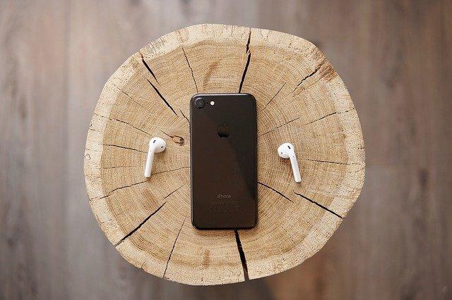 丸太の上のiPhone