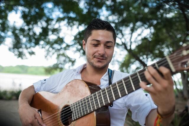 笑顔でギターを弾く人