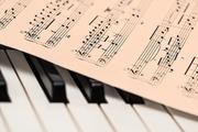 楽譜にある「c」の意味と読み方は?縦線が入った「c」も紹介!