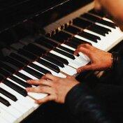 【ピアノ】左手での演奏を上達させるコツはこれ!両手でピアノを弾きこなそう
