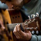 【オリジナル画像あり】ギターの持ち方・構え方を紹介!【位置/高さ】
